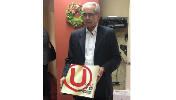 Gregorio Pérez el día en que conoció el Monumental: pidió una enciclopedia de la 'U' para conocer más a fondo el club. FOTO: Miguel Villegas.
