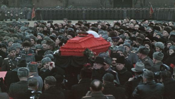 El funeral de Josef Stalin en 1953 sirve como una excusa para que el realizador Sergei Loznitsa nos lleve en un viaje a la Unión Soviética, así como el efecto en una sociedad cuando su objeto de veneración desaparece repentinamente. (Fuente: Sergei Loznitsa)