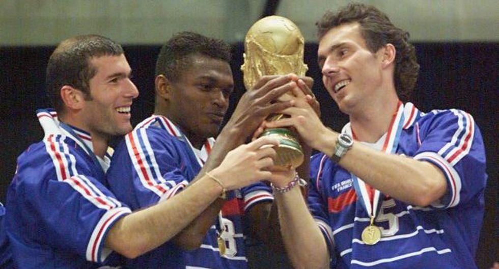 Zinedine Zidane, Marcel Desailly y Laurent Blanc sosteniendo la Copa del Mundo en 1998. (Foto: AFP)