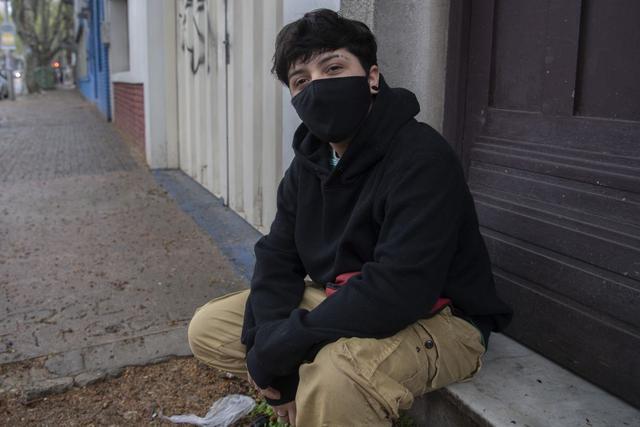 Sebastián Salaverry Mijares, de 18 años, comenzó a tomar hormonas hace más de un año. (Foto de Pablo PORCIUNCULA / AFP).
