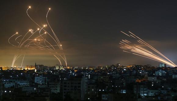 El sistema israelí de defensa de misiles Iron Dome intercepta cohetes disparados por el movimiento Hamas hacia el sur de Israel desde Beit Lahia, en el norte de la Franja de Gaza. (Foto: ANAS BABA / AFP).