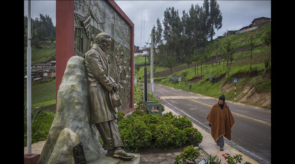 Estatua y bajo relieve sobre Vallejo a la entrada de Santiago de Chuco Foto: (Fidel Carrillo).
