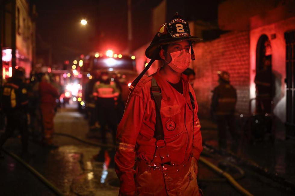Los bomberos lograron controlar el incendio.  (Foto: Joel Alonzo/GEC)