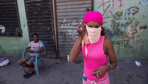 """Una dominicana llamada Anilda, que se dedica a vender objetos de segunda mano en un puesto en el Pequeño Haití, asegura que tampoco recibe ningún subsidio y le lanza un mensaje al presidente Medina: """"el hambre está desesperando a las personas"""". (EFE/ Orlando Barría)."""