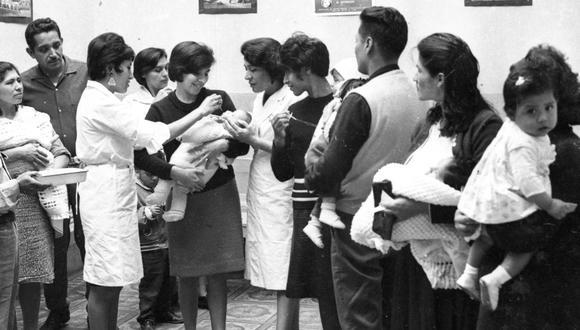 A mediados de los años 60, el Perú vivió un brote de poliomielitis, enfermedad causada por un virus que causaba parálisis en niños. Una de las primeras campañas de vacunación ocurrió el 29 de octubre de 1965. (Archivo Histórico El Comercio)