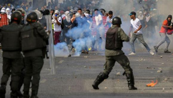 La Guardia Nacional Bolivariana (GNB) dispara bombas de gas lacrimógeno a los manifestantes durante las protestas en Caracas. (Foto: AFP /YURI CORTEZ AFP /archivo)