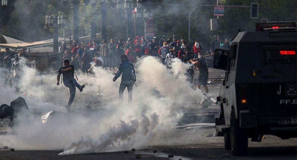 Miles de chilenos desafían a los militares durante las manifestaciones contra el gobierno, por el alza del precio del metro, en Santiago. (AFP / Pablo VERA)