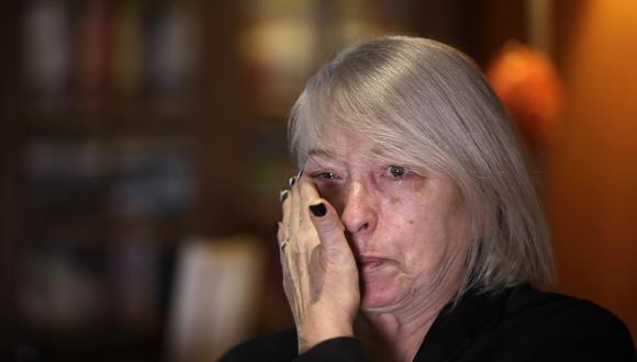Yolanda Martínez García, madre de la víctima, llora durante una entrevista con la Associated Press en su casa, en Milán, Italia. Su hijo fue abusado sexualmente por uno de los sacerdotes de la Legión de Cristo. (Foto: AP)