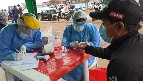 Un total de 100 comerciantes pasaron por la prueba de descarte de COVID-19. (Foto: Minsa)