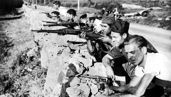 Republicanos luchando en una vía sin identificar durante la Guerra Civil Española. (Foto: STF / AFP)