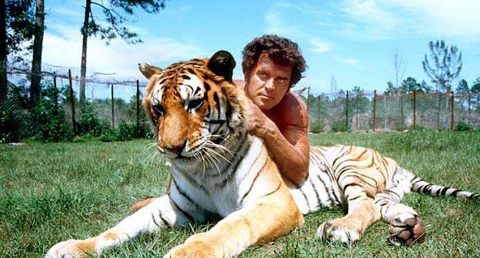 Steve Hawkes junto a uno de sus felinos. (Foto: EFE)