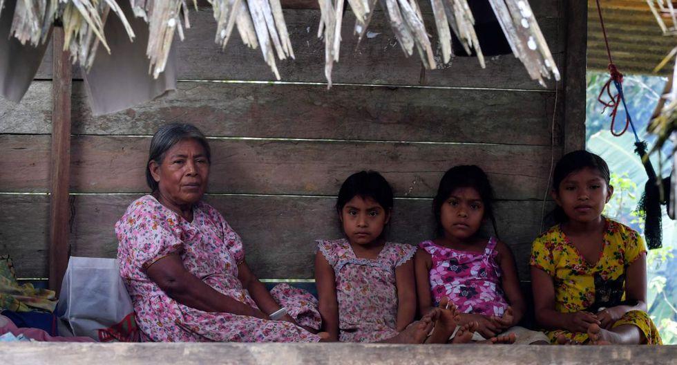 """""""No dormimos ni de día ni de noche, ni descansamos. Eso es lo que nos está sucediendo"""", dice el cacique local, Evangelisto Santos. (Foto: AFP)"""