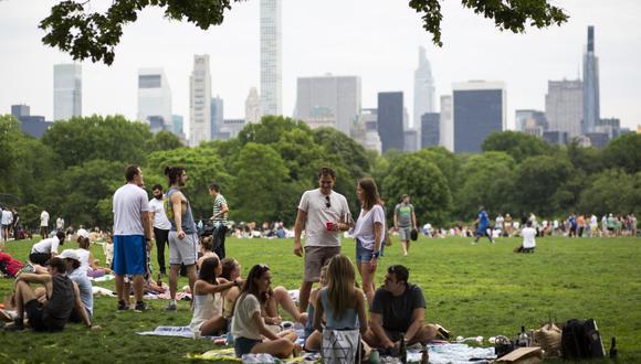 La gente se reúne en Central Park en Nueva York el 22 de mayo de 2021. (Foto de Kena Betancur / AFP).
