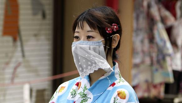 Desde la época de la gripe española, en 1918, las mascarillas se volvieron sumamente populares en Japón. Hoy con el auge del nuevo coronavirus se vuelven nuevamente necesarias. (Foto: EFE)