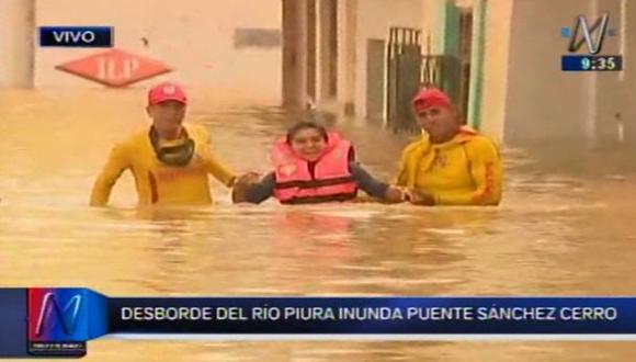 Salvavidas rescatan a vecinos del centro de Piura tras desborde