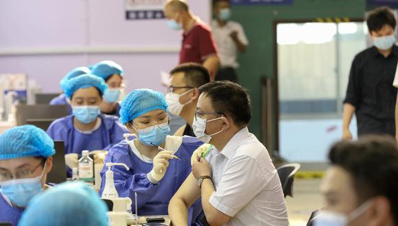 Un hombre recibe una vacuna contra el COVID-19 en la ciudad de Nantong, en China. (Foto: STR / AFP)
