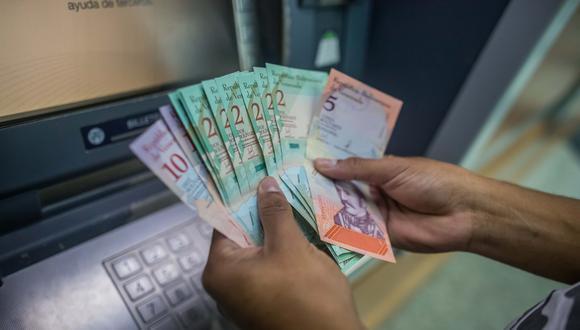 Los cajeros automáticos de Venezuela comienzan a dispensar los nuevos bolívares soberanos. (EFE).