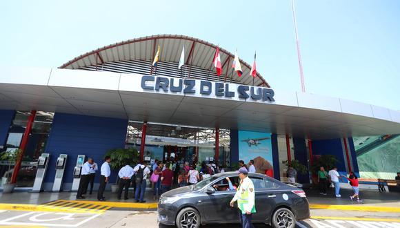 Choque y volcadura de un bus de la empresa Cruz del Sur dejó 16 muertos y más de 40 heridos en Arequipa, esta mañana. (Fotos: Giancarlo Ávila/GEC)