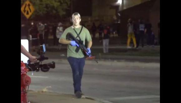 Kyle Rittenhouse fue detenido por la policía en Illinois. En videos ampliamente difundidos en las redes sociales y por la presa de Estados Unidos se le ve disparando su fusil AR-15 contra un grupo de manifestantes. Incluso hay imágenes donde se ve que la policía lo deja escapar de la escena del crimen. (@IGD_News, vía Twitter).
