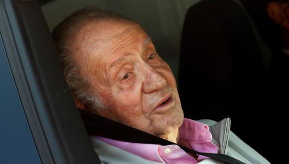 El rey Juan Carlos se dirige a los periodistas que esperaban en afuera del hospital donde fue operado del corazón. (EFE).