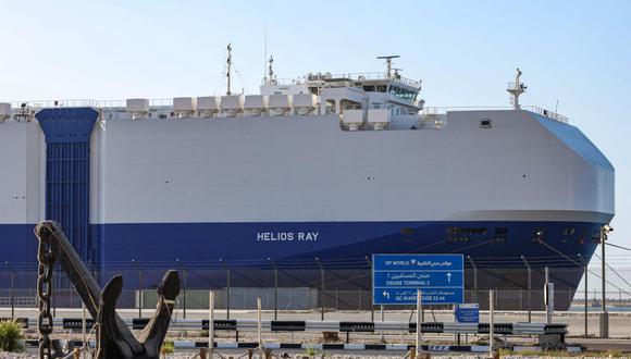 """Irán rechazó """"de manera firme"""" las acusaciones por lo ocurrido en el """"MV Helios Ray"""", un barco israelí que transportaba vehículos y que se dirigía de la ciudad saudita de Dammam a Singapur cuando sufrió una explosión, la semana pasada, frente al sultanato de Omán. (Foto: Giuseppe CACACE / AFP)."""