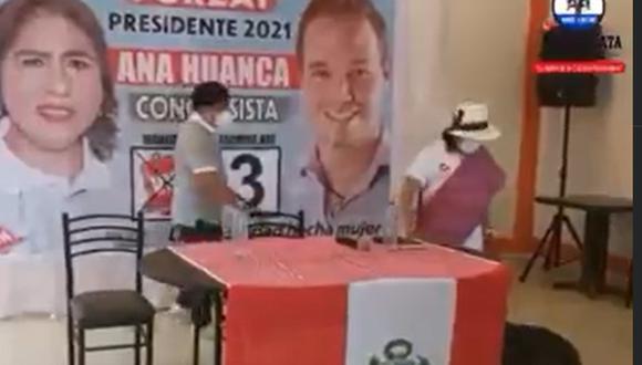 La candidata agredió al animal cuando se acercaba a la mesa central de su evento. (Foto: captura)