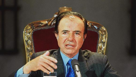 El entonces presidente de Argentina Carlos Menem durante su visita a Chile el 20 de agosto de 1999. (Foto: Maca MINGUELL / AFP).