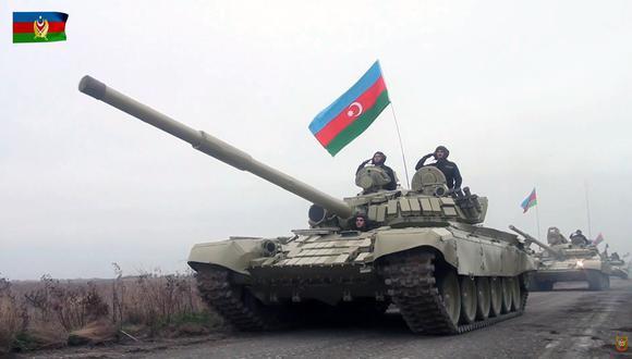 Las tropas azerbaiyanas entran triunfantes a la zona de Agdam, uno de los territorios recuperados en el reciente conflicto. (EFE)
