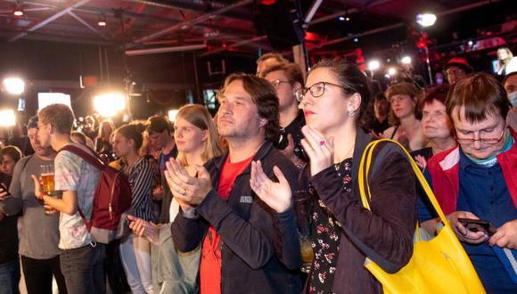 Los partidarios y miembros de Die Linke (La Izquierda) reaccionan después de que las encuestas a boca de urna se transmitieran por televisión en Berlín después de las elecciones generales alemanas. (Foto: JAN ZAPPNER / AFP).