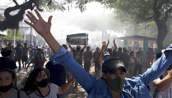 Manifestantes se manifiestan contra el regreso de restricciones más estrictas en respuesta a un aumento en las personas infectadas con COVID-19, en Formosa, Argentina. (AP/Nathaniel Caceres).