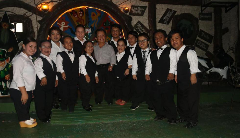 Hobbit House. Este insólito lugar se encuentra en Manila, Filipinas, y destaca porque todos los que atienden son enanos. Además de eso, el bar ofrece cien tipos de cervezas diferentes. (Foto: Facebook Hobbit House Manila)