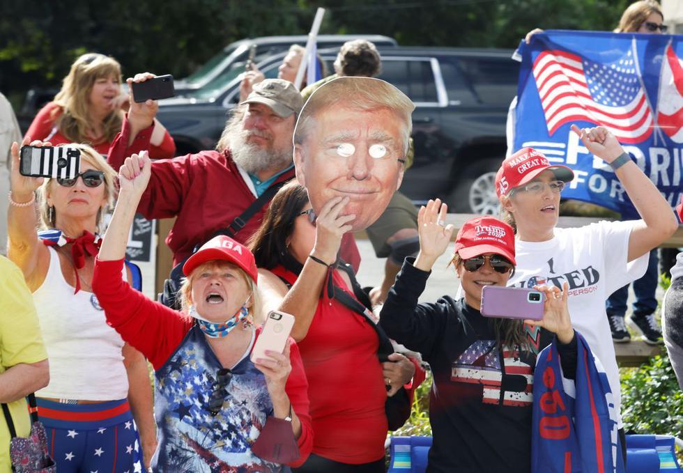 Muchas de las 75 millones de personas que votaron por Donald Trump han decidido boicotear este miércoles la ceremonia de investidura de Joe Biden y Kamala Harris. Imagen de los seguidores del magnate en Palm Beach, Florida. (Texto: AFP / Foto: Reuters).
