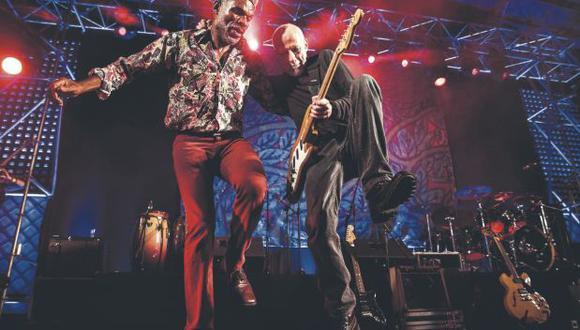 El 20 de noviembre del 2015, Miki González reunió en Barranco Arena a su banda original. Fue cuando se embarcó en un duelo de zapateo, guitarra incluida, con Chebo Ballumbrosio. (Foto: Francisco Medina)