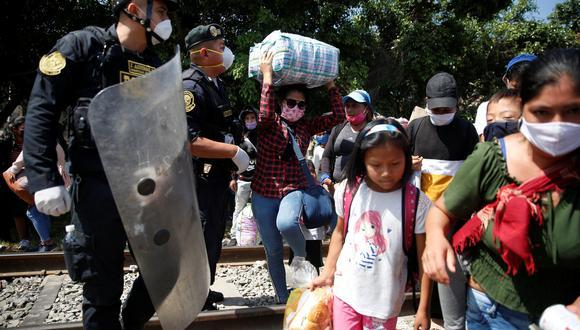 La policía impide el avance de los peruanos que quedaron varados en Lima durante una cuarentena. (REUTERS / Sebastián Castañeda).
