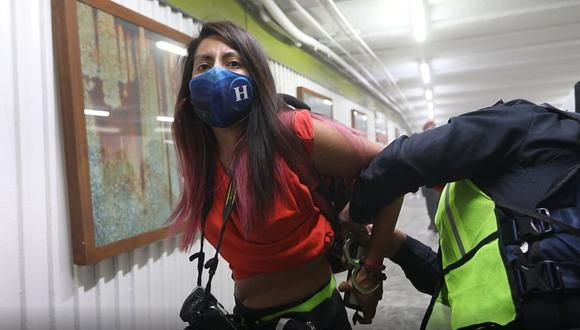 Una policía esposa a la fotógrafa del periódico el Heraldo de México, Leslie Pérez, en la estación Hidalgo del metro de Ciudad de México (México). (Foto: EFE/ Sáshenka Gutiérrez).