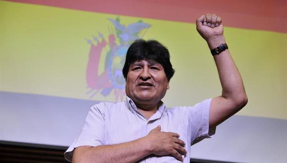 El expresidente boliviano Evo Morales saluda a su llegada para una rueda de prensa en Buenos Aires (Argentina). (EFE/ Enrique García Medina).