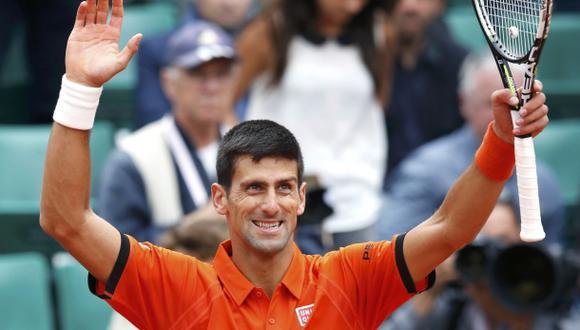 Novak Djokovic avanza en Roland Garros pese a molestias físicas