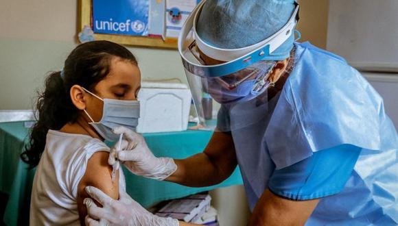 Una niña recibe una vacuna gratuita contra el VPH. (Difusión)
