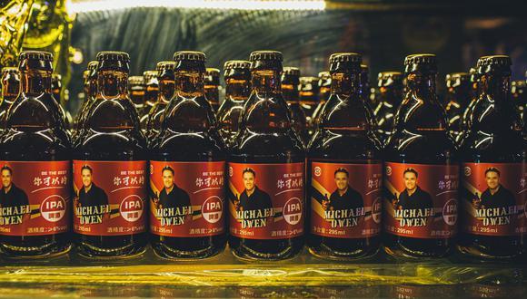 Michael Owen vende estas cervezas en China. (Foto: Twitter)