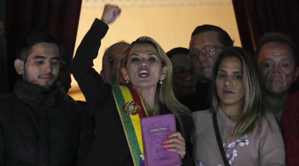 La senadora opositora Jeanine Áñez asumió este martes la presidencia interina de Bolivia dos días después de la renuncia de Evo Morales, en una sesión parlamentaria con la ausencia de los representantes del oficialista Movimiento Al Socialismo (MAS). (Foto: AP)