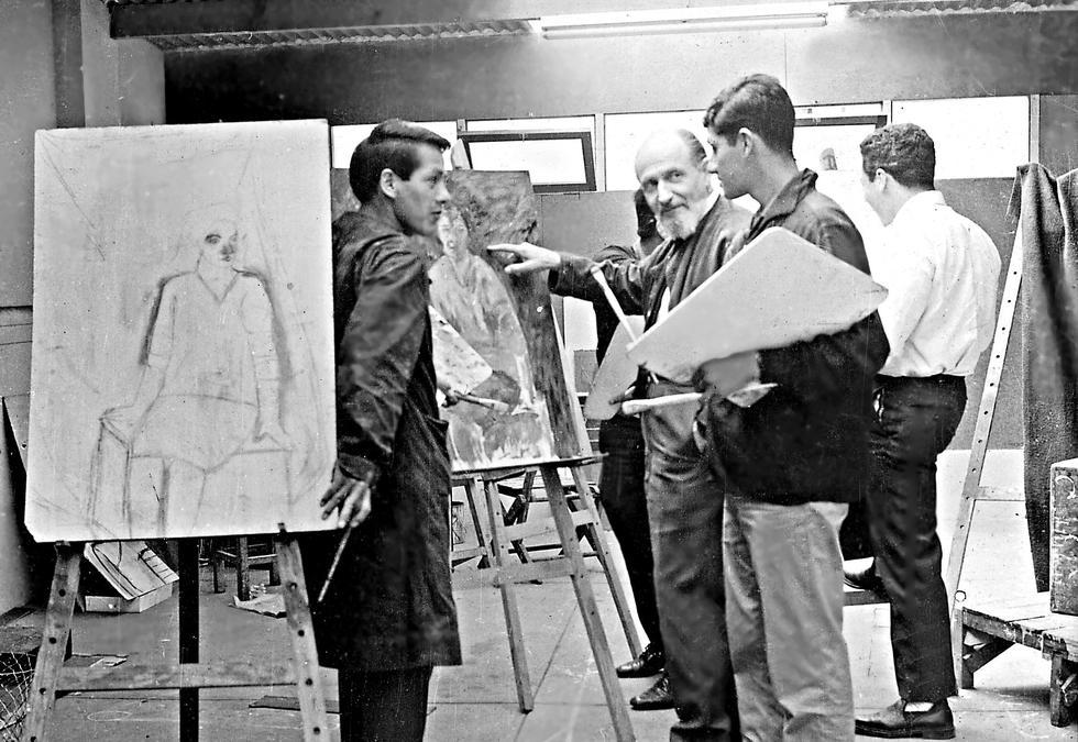 A mediados de los 50, Winternitz en plena docencia con alumnos de la entonces Escuela de Artes Plásticas de la Universidad Católica. (Foto: Archivo familiar)