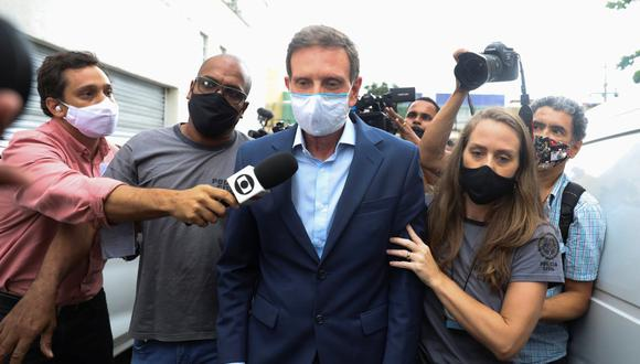 El alcalde de Río de Janeiro, Marcelo Crivella, es escoltado por agentes de policía después de ser detenido, en la sede de la policía en Río de Janeiro, Brasil, el 22 de diciembre de 2020. (REUTERS/Pilar Olivares).