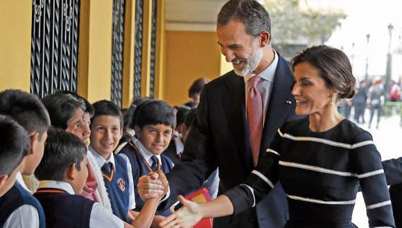 Los reyes saludaron afectuosamente a un grupo de niños que los esperaban con banderas en los exteriores del Palacio Municipal. (Foto: EFE)
