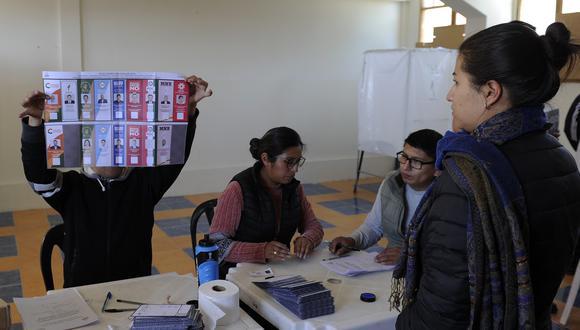 """La misión de la OEA que audita las elecciones en Bolivia pidió a los ciudadanos que tengan informes o documentos electorales tomen contacto con ella para """"coordinar la entrega de material"""". (AFP)"""