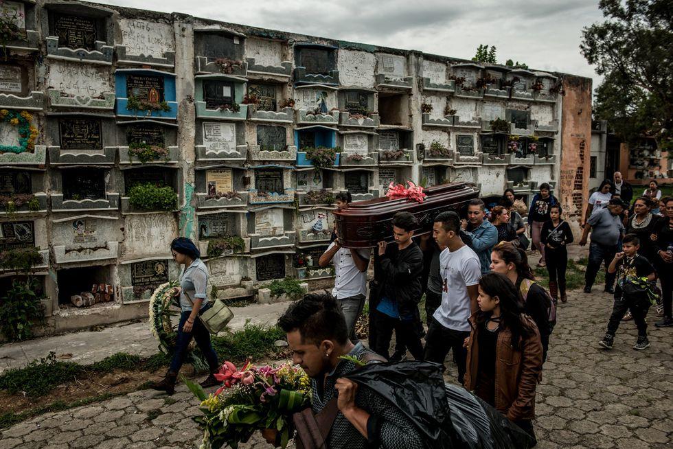 Amigos y familiares durante el funeral de Cristina Yulisa Godínez, de 18 años, en mayo. Cristina fue asesinada en su hogar: fue encontrada con manos amarradas y colgada del techo.CreditMeridith Kohut para The New York Times