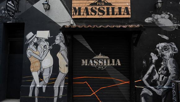 Una fotografía tomada el 3 de mayo de 2020 muestra la puerta y la fachada de un pub cerrado en Marsella, en el sur de Francia, debido a la pandemia de coronavirus. (CHRISTOPHE SIMON / AFP).