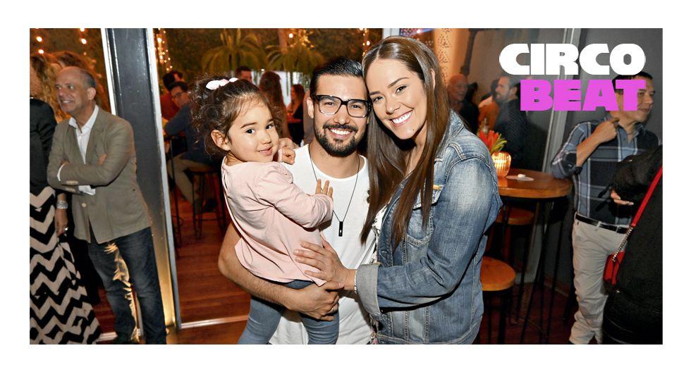 Ezio Oliva, Karen Schwarz y la hija de ambos, Antonia. Cumpleaños de Carlos Andrés Luna. Lima 27, San Isidro.