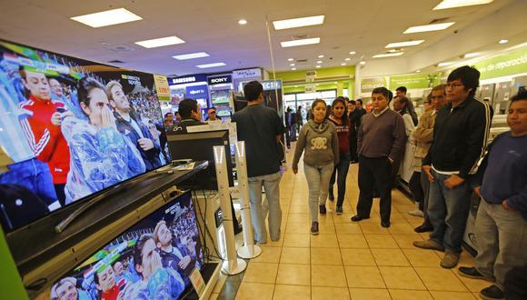 """Sin embargo, si cambiamos nuestro televisor de 42"""" a 65"""" gastaremos en promedio 30% más de energía eléctrica (S/0,02 adicionales por cada hora que veamos televisión). Por lo tanto, las 128 horas que representan todos los partidos del mundial tendrían un costo adicional de S/2,6 más. (Foto: El Comercio)"""