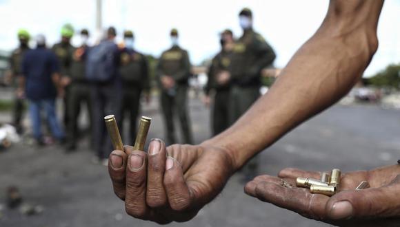 Un manifestante muestra balas disparadas durante una protesta contra el presidente de Colombia Iván Duque. (AP Foto / Andrés González).