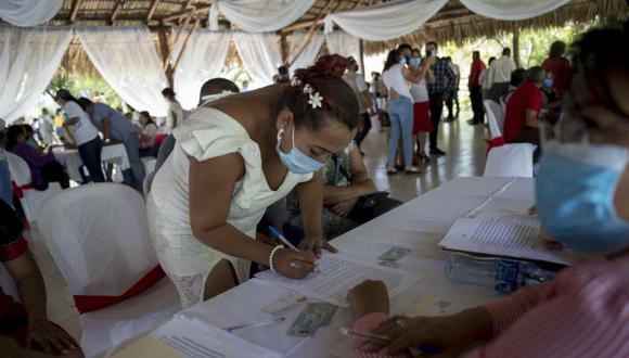 Una pareja se casa durante un maratón masiva de bodas hoy, en Managua (Nicaragua). (Foto: EFE/ Jorge Torres).